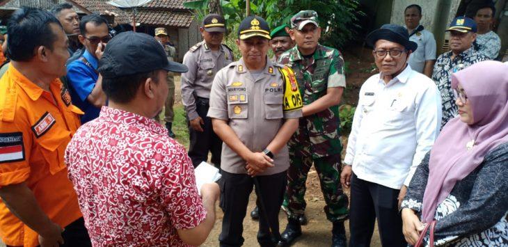 Unsur muspida ketika meninjau langsung lokasi bencana di Desa Mekarmulya Kecamatan Lemahsugih Kabupaten Majalengka. Ian/pojokjabar