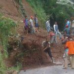 masyarakat desa Silihwangi Kec. Bantarujeg bergotong royong membersihkan tanah yang menutupi jalan