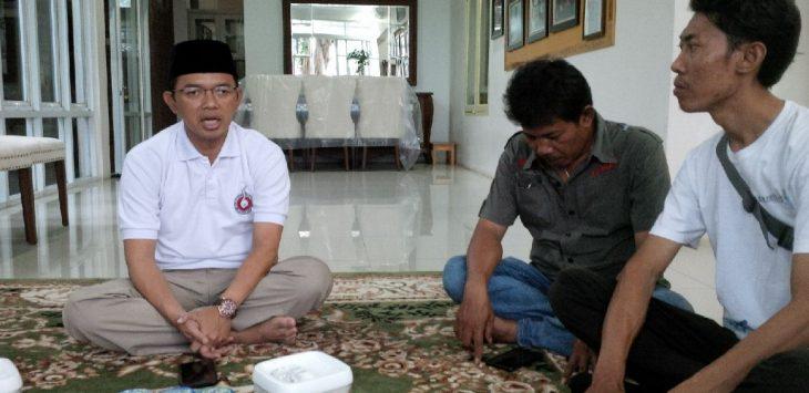 Direktur relawan (berpakaian putih sebelah kiri), KH. Maman Imanulhaq saat konfres dengan para wartawan Majalengka. Ian/pojokjabar