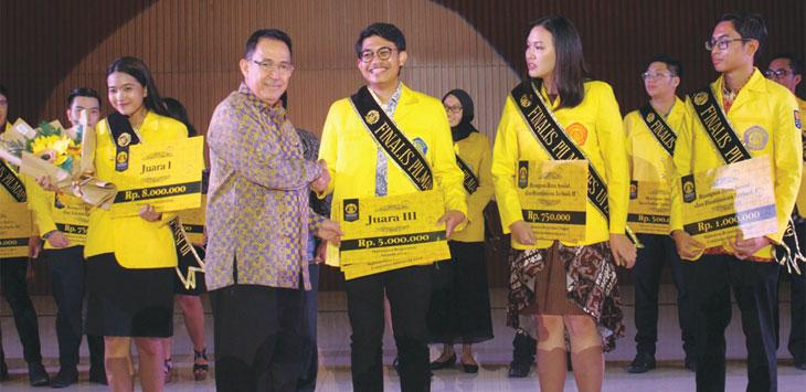 Rektor Universitas Indonesia, Muhammad Anis menyerahkan penghargaan kepada mahasiswa berprestasi, di malam apresiasi prestasi mahasiswa UI.