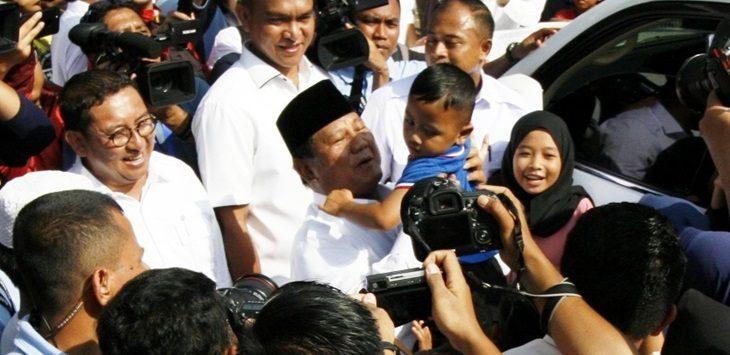 Capres Prabowo Subianto timang bocah usai mencoblos di Kampung Curug, Rabu(17/4/2019)./Foto: Rishad
