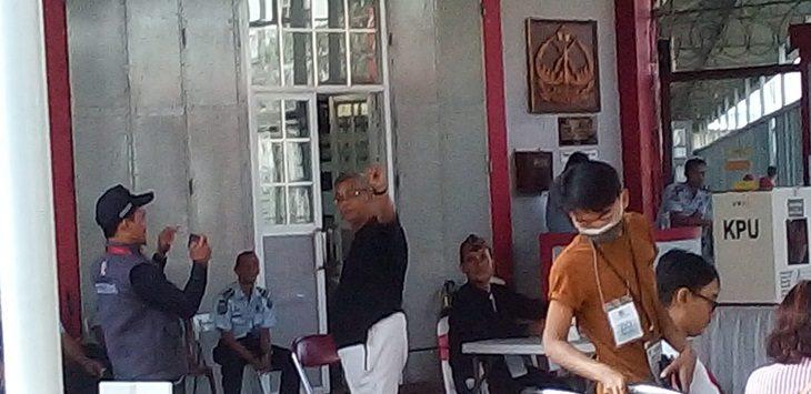 Sejumlah napi Lapas Sukamiskin Bandung tengah melakukan prosesi Pemilu 2019, Rabu (17/4/2019)./Foto: Arief