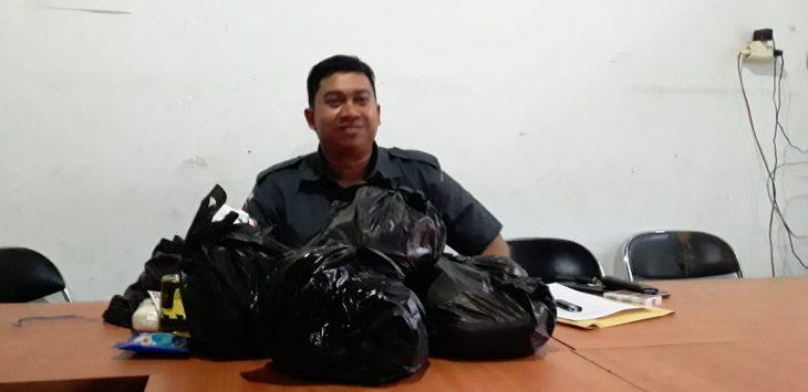 Sampel paket sembako yang berhasil diamankan Bawaslu Indramayu. Yanto/pojokjabar