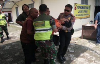 Anggota PPK Kecamatan Jatiwangi saat pingsan dan dilarikan ke rumah sakit.  Istimewa/pojokjabar