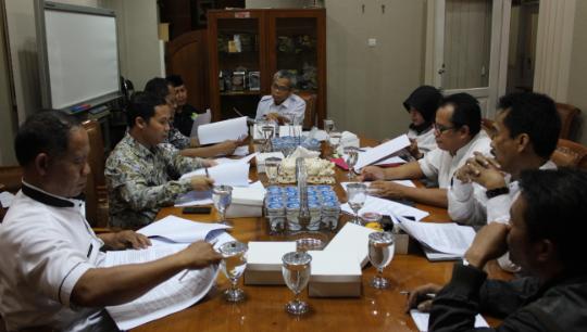 Para anggota pansus B saat membahas masalah Bumdes di kantor dprd purwakarta.