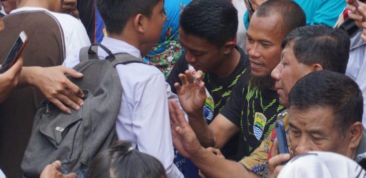 Pemain Persib Bandung menghibur siswa SD Ajitunggal yang terdampak banjir (arif)