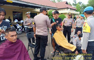 Pemotongan rambut personel Polres Indramayu sebelum diterjunkan amankan Pemilu 2019 (ist)