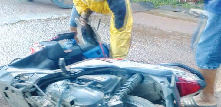 Akibat pembangunan tol desari yang melintas di Villa Santika, Grogol, Limo, seorang pengendara ojek online terjatuh. Ist