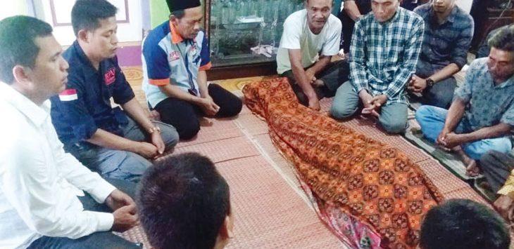 Salah satu jenazah KPPS yang meninggal dunia saat menjalankan tugas yaitu saat pemungutan suara Pemilu 2019 digelar. Radar Karawang