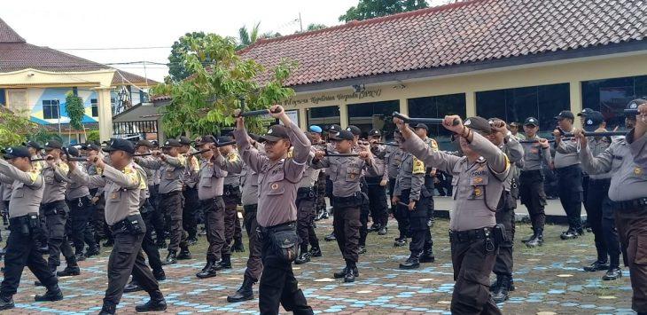 Personel Polres Indramayu latihan Drill tongkat Polri. Yanto/pojokjabar