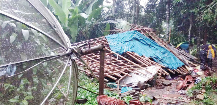 Petugas gabungan saat meninjau lokasi rumah M. Sumadi (37) di Kampung Nyalindung, RT 3/3, Desa Munjul, Kecamatan Ciambar, yang ambruk diterjang angin kencang, minggu (31/3/19). Radar Sukabumi