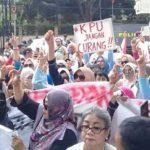 Sambut Hari Kartini, Ratusan Kaum Ibu Geruduk Gedung KPU
