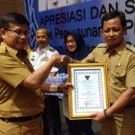 Sekda Kota Cirebon berikan penghargaan. Yan/pojokjabar