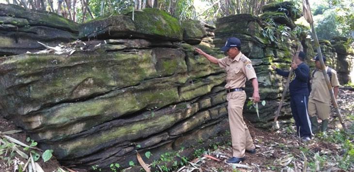 Pemerintah Desa Kutamanah, Kecamatan Sukasari mengecek situs batu berbentuk benteng keraton di kawasan Perhutani Parang Gombong. Ist