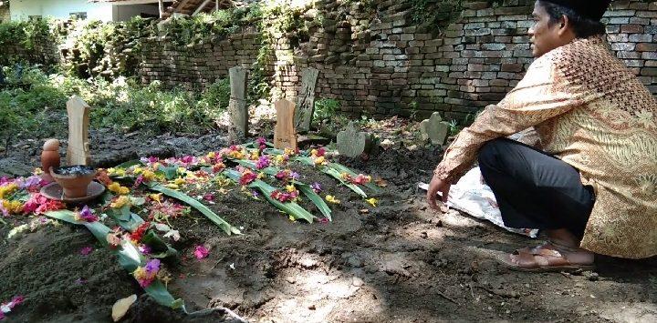 Almarhum Kaelani Ketua KPPS 10 Desa Kaliwedi Lor telah di makamkan di TPU desa setempat. Kirno/pojokjabar