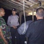 petugas saat mengevakuasi jenazah yang tewas tersambar petir