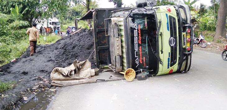 Truk Fuso bernomor polisi D 9279 AE terguling di Jalan Raya Ciutara, Desa Pondok Kaso Landeuh, Kecamatan Parungkuda, jum'at (19/4/19). Ist