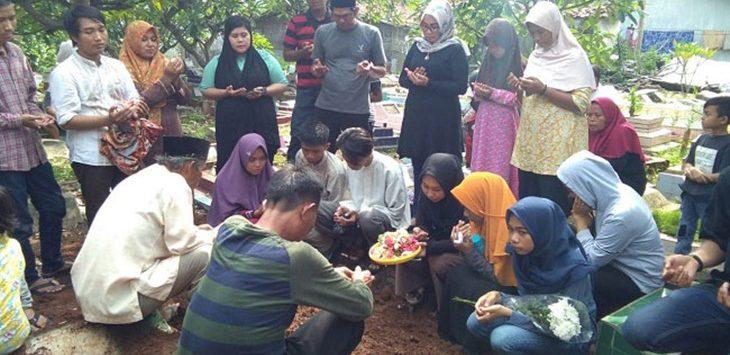 Ritual Doa Usai Almarhum Yadi Mulyadi Dimakamkan./Foto: Rmol