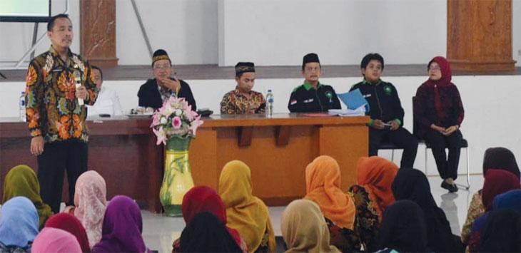 Guru honor Purwakarta saat menyimak pemaparan soal kepesertaan Badan Penyelenggara Jaminan Sosial Ketenagakerjaan. Radar Karawang