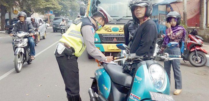 Salah seorang pengendara terkena tilang lantaran tidak melengkapi surat-surat kendaraan saat operasi Satlantas Polres Sukabumi Kota, belum lama ini. Ist