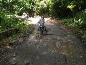 Kondisi jalan rusak mirip kubangan kerbau di kampung menantu Presiden Jokowi (ikrar)