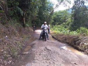 Kondisi jalan rusak parah di kampung halaman menantu Presiden Jokowi (ikrar)