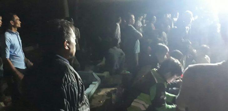 Situasi almarhum Reihan Fajri yang dikebumikan malam hari, anak remaja berusia 16 tahun yang diduga korban kerusuhan 22 mei di jakarta. (foto dok.kepolisian)
