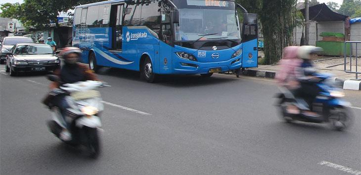 Bus Transjakarta saat menurunkan penumpang di kawasan Jalan Juanda. Radar Depok