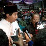 Anggota DPR RI Maruarar Sirait saat diwawancara rekan wartawan tadi malam. Ian/pojokjabar