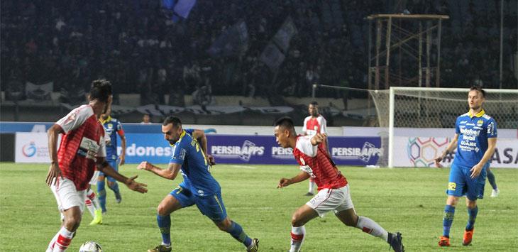 Penyerang Persib Bandung Arthur Gevokyan dihadang oleh pemain Persipura Jayapura di Stadion Si Jalak Harupat, Soreang, Kabupaten Bandung, Sabtu (18/5/19).
