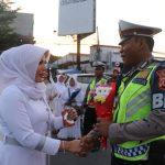 Salah satu petugas kepolisian resor Cirebon Kota saat menerima bunga. Ist/pojokjabar
