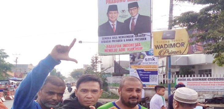 Para pendukung Prabowo-Sandi gembira usai memasang baliho ucapan selamat atas kemenangan mereka. Radar Karawang