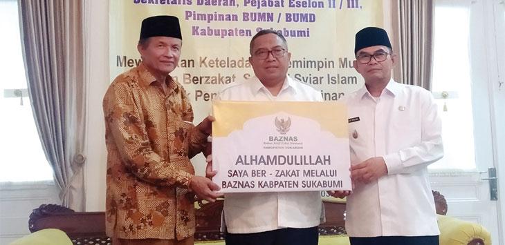 Bupati Sukabumi dan Wakil Bupati Sukabumi menyerahkan zakat kepada Ketua Baznas Kabupaten Sukabumi di Gedung Pendopo Kabupaten Sukabumi, rabu (22/5/19).