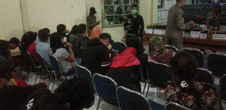 Satpol PP Kabupaten Cirebon sedang melakukan pendataan dan pembinaan. Kirno/pojokjabar