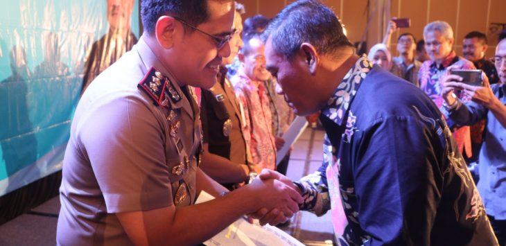 Walikota Cirebon Nasrudin Azis (kanan) saat memberikan sertifikat penghargaan kepada Kapolres Cirebon Kota AKBP Roland Ronaldy (kiri). Alwi/pojokjabar
