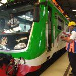 Petugas KAI saat mengecek kesiapan kereta di Stasiun Kejaksan Kota Cirebon. ( Alwi/pojokjabar