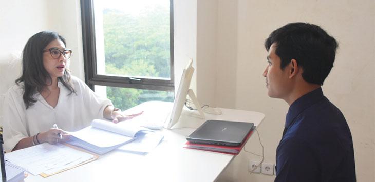 Dian Sastrowardoyo menguji talenta kerja mahasiswa Vokasi Humas Universitas Indonesia.