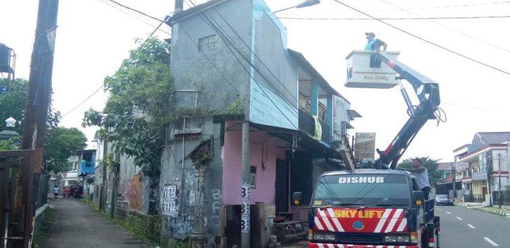 Petugas Dinas Perhubungan Kota Sukabumi saat melakukan pemeliharaan PJU. Ist
