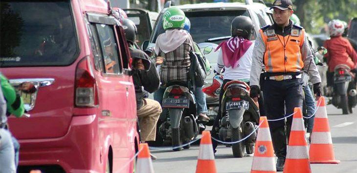 Petugas Dinas Perhubungan Kota Sukabumi saat memasang pembatas jalan di jalur utama perlintasan kendaraan. Ist