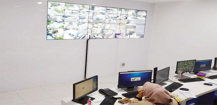 Pegawai Diskominfo Purwakarta tengah memantau arus lalu lintas di ruang kendali CCTV. Radar Karawang