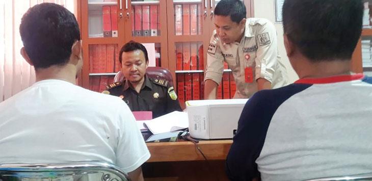 Tim penyidik Kejari Kabupaten Sukabumi saat melakukan pemeriksaan terhadap dua tersangka Tipikor.