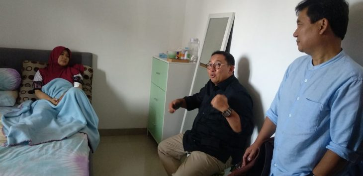 Fadli Zon (tengah), saat menjenguk stafnya Nisa Rengganis (kiri), di Perum Waterland Penggung, Kota Cirebon. Alwi/pojokjabar