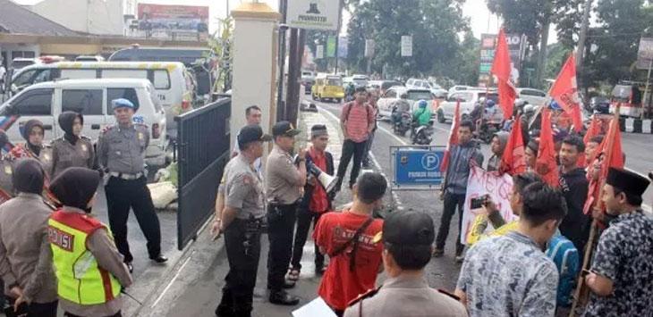 Gerakan Nasional Mahasiswa Indonesia (GMNI) Sukabumi memprotes aksi inkonstitusional yang berujung kericuhan di Jakarta, pada 21 dan 22 Mei lalu. Radar Sukabumi