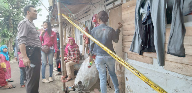 Lokasi kejadian ditemukannya jenazah Mardian Agustiandi (30), warga Kampung Kuta Pasir, RT 04/11, Kelurahan Sriwedari, Kecamatan Gunungpuyuh yang tergantung telah dipasangi garis polisi. Radar Sukabumi