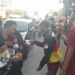 Club Motor GBR membagikan takjil pada masyarakat di depan Mapolsek Lemahabang. Indra/pojokjabar