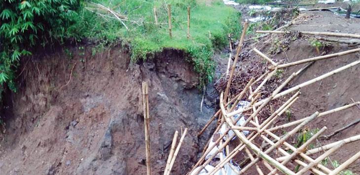 Irigasi di Kampung Ciseupan, Desa Wangunreja, Kecamatan Nyalindung yang amblas hingga kini belum juga diperbaiki. Ist
