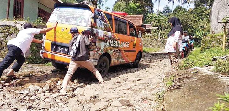 Mobil ambulan desa tak bisa bergerak akibat terperosok pada lubang jalan dan bebatuan yang licin, kamis (16/5/19). Ist