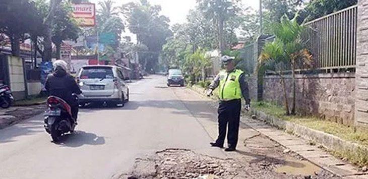 Anggota Satlantas Polres Sukabumi saat mensurvei jalan rusak di Jalur Alternatif Tenjoayu dan Nagrak, belum lama ini.