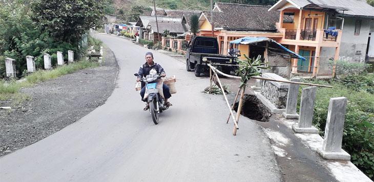 Pengendara roda dua saat melintasi jembatan Ulu-ulu yang rawan amblas di Desa Cisarua, Kecamatan Sukaraja, senin (13/5/19). Radar Sukabumi