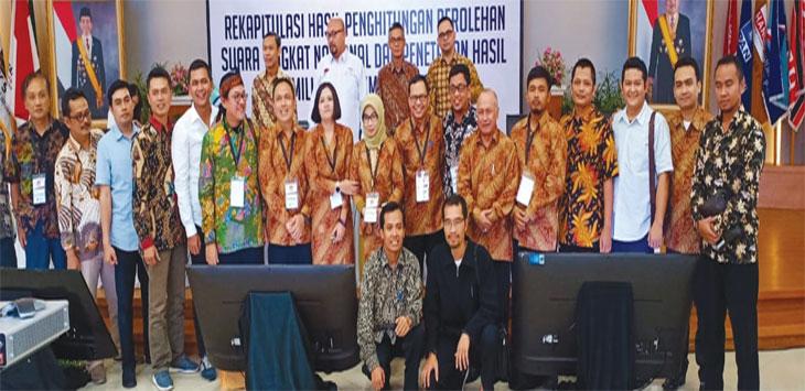 Jajaran KPU RI dan KPU Jabar berfoto usai melakukan rekapitulasi suara Pemilu 2019 di tingkat nasional. Ist